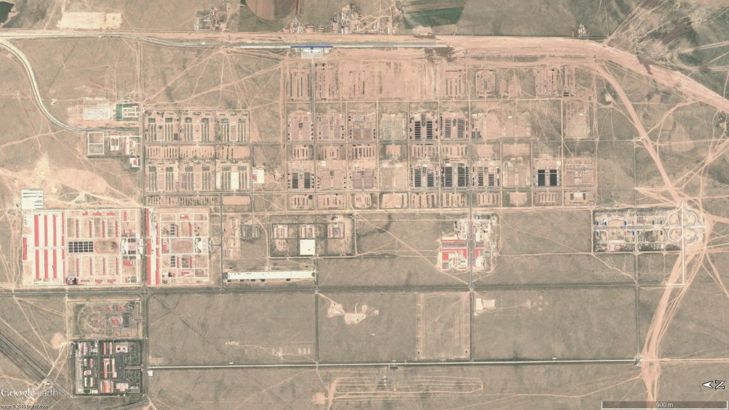 Les installations centrales du centre d'entrainement de Zhurihe : On remarque au Sud la zone d'entrainement aux actions en zone urbaine avec les bâtiments et les échangeurs d'autoroute.