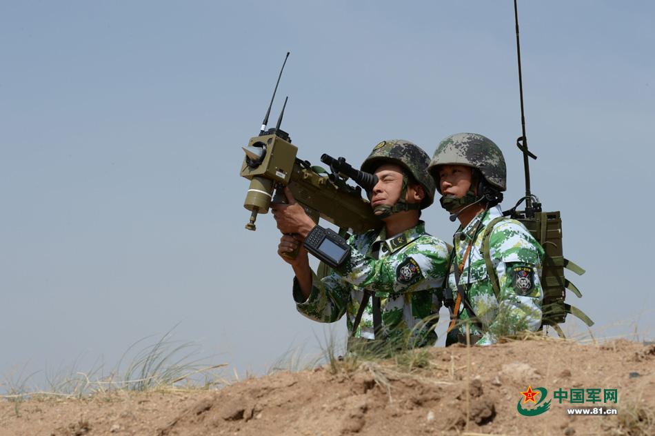 Des soldats OPFOR avec un MANPAD