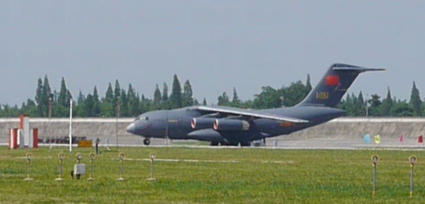 En revêtement gris bleu foncé, on peut apercevoir la cocarde de l'armée de l'air chinoise vers la queue de l'appareil.