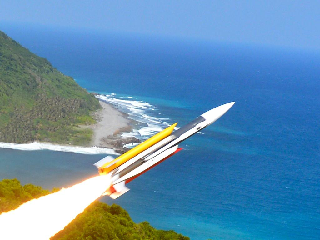 ASM Hsiung Feng III : on peut remarquer que les boosters à ergol solide, qui permettent au missile d'atteindre la vitesse d'allimage du ramjet, ne sont pas intégrés dans la chambre de combustion de ce dernier. Une caractéristique typique de missile ramjet de l'ancienne génération comme le C101 ou le C301 chinois proposés à l'export.