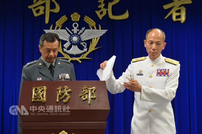 Le porte-parole du MoD taïwanais (gauche) et le chef d'état-major de la marine à la conférence de presse de cet après-midi.