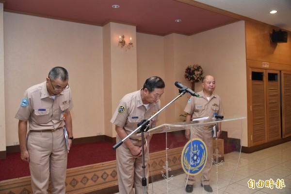 Le commandant en chef de la marine taïwanais s'excuse pour le tir par erreur, c'est la 2ème fois en quelques jours que l'amiral présente ses excuses au public. 3 soldats du corps des marines taïwanais ont torturés et pendus un chien errant fin Juin, provoquant la colère des défenseurs d'animaux de la ville de Kaohsiung.