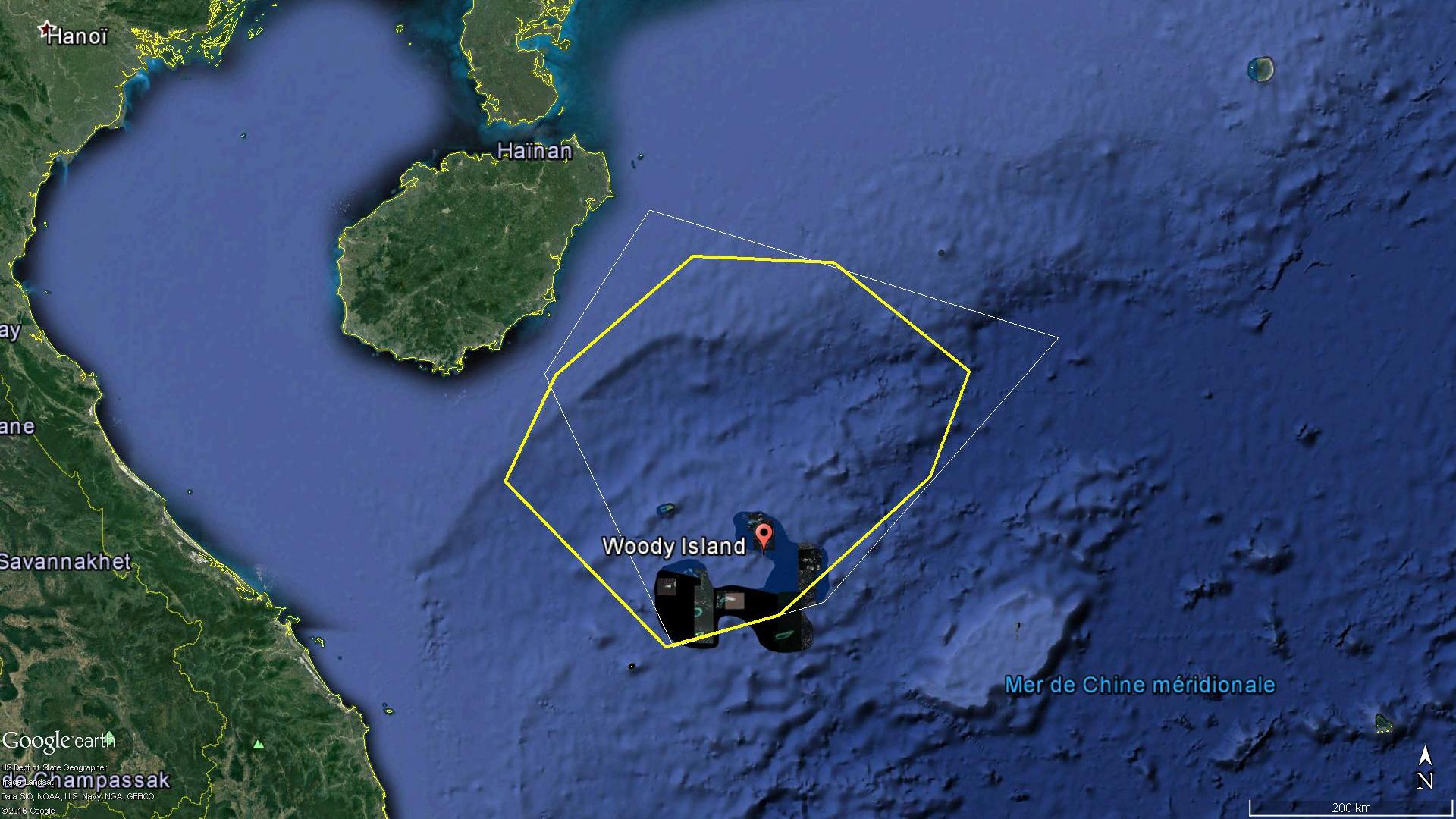 En jaune la zone aérienne délimitée par le NOTAM A1606/16, en blanc celle de MSA-2016-14163 / 琼航警0048 sur mer.
